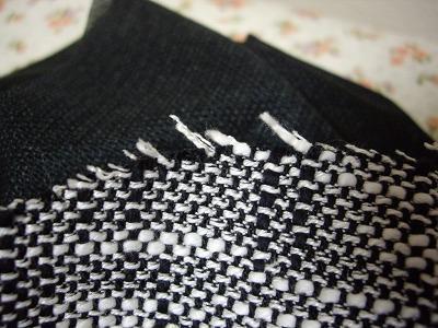 4a303fcf605977 スーツに使った生地ですがツイードという織りのもので端がほつれやすい生地です。
