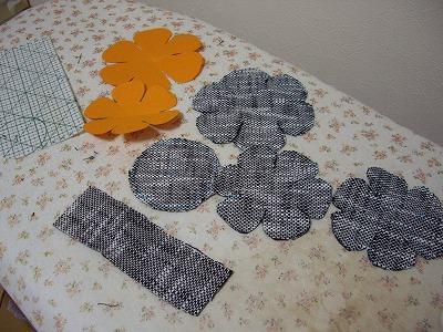 d2dfe8344a4693 花形 大1枚 小2枚その他に6cmの円1枚5cmX15cmの長方形1枚を用意します
