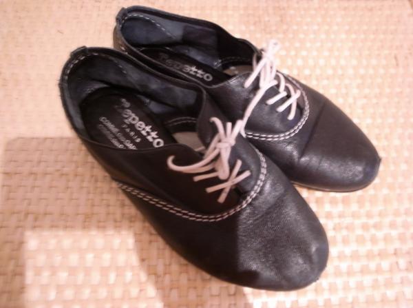 黒の革靴欲しくて探していたら5年前、古着屋さんで出会った repettoの靴。 ギャルソンとのコラボ靴です。 履いてみたら サイズがぴったりでとっても履きやすい 笑顔 。