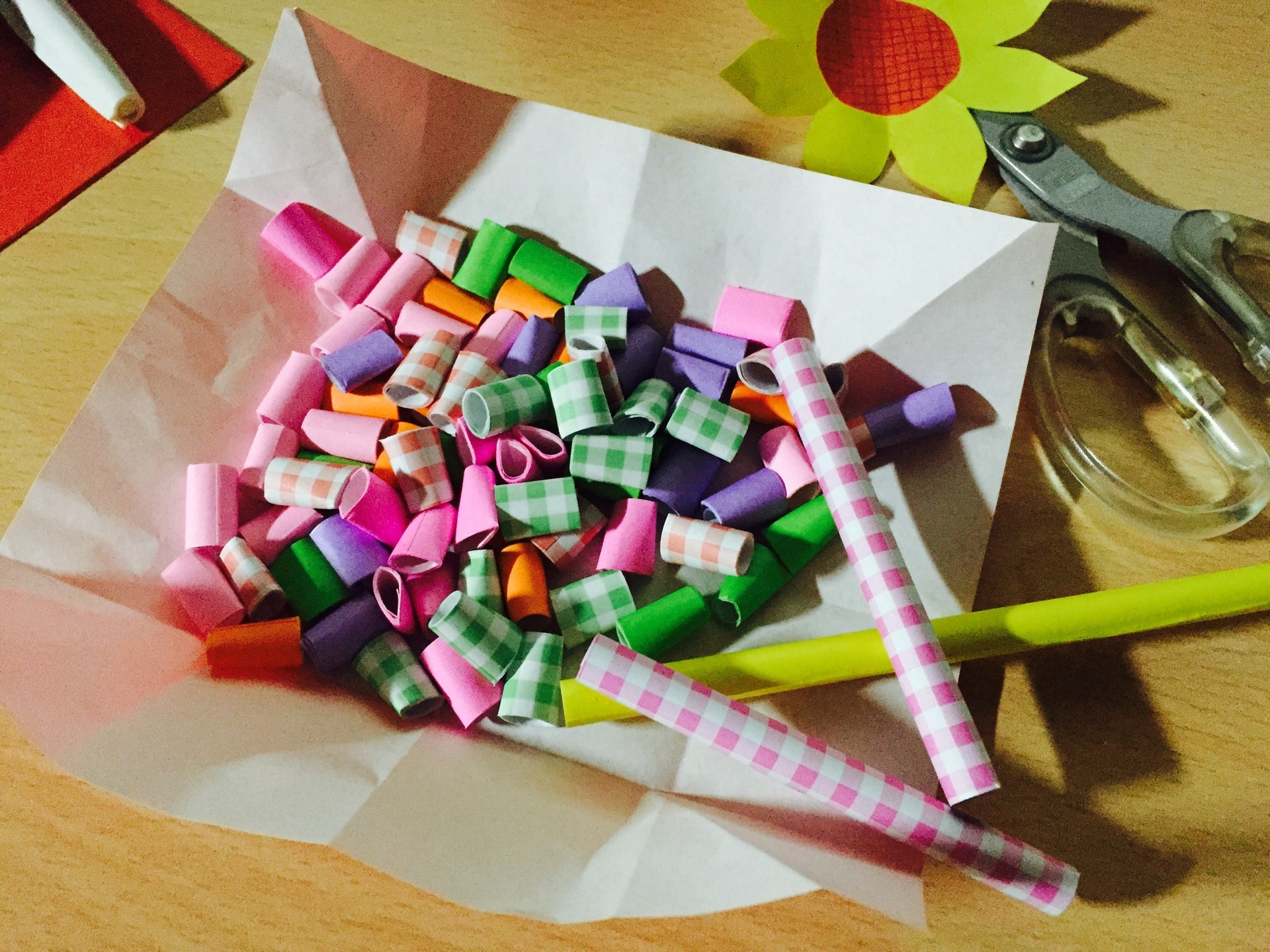 折り紙をクルクル丸めてビーズ作り。